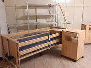 Elektrisch verstellbares Pflegebett mit Beistelltisch