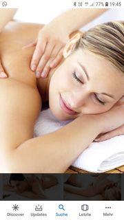 Masseur bietet Massagen aller Art