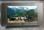 Neuwertige Fernsehen mit der Fernbedienung