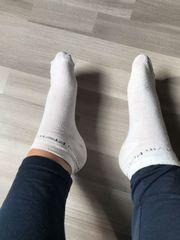 getragene weiße Socken