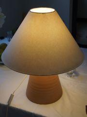 Lampe mit Terracotta-Fuß
