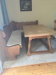 Rustikaler Tisch mit Ahornplatte und