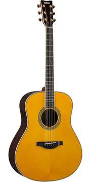 Student gibt Gitarrenunterricht