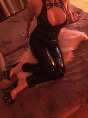 Sexy schlanke Brünette mit XXL
