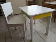 Stabiler Kindertisch mit passendem Kinderstuhl