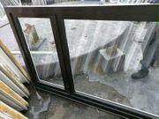 2 zweiflügige außen braune Fenster