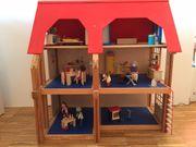 Schönes hochwertiges Puppenhaus aus Holz