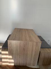 Tisch und Stühle im neuen