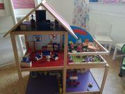 Puppenhaus mit Zubehör aus Holz