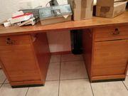 Alter stabiler Schreibtisch