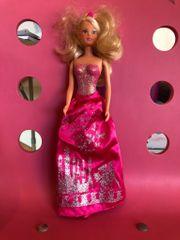 Hübsche Barbie im Abendkleid