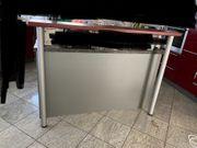 Tresen mit verstellbaren Tischbeinen