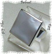 Ring mit einem schillernden Perlmuttstein