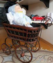 Rustikaler Puppenwagen mit Porzellan Baby-Puppe