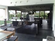 Design-Einbauküche mit Küchenblock und schwarzen