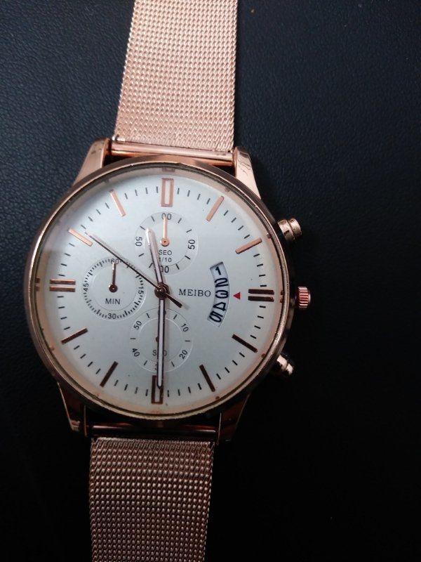 Neue Armbanduhr! Nie getragen! - Ch-8001 Zürich Zustellkreis - Gutausehende, nie getragene, moderne, Altrose farbene Armbanduhr mit weißem Ziffernblatt.funktioniert tadellos! Das weiß zu dem Rosa sieht sehr elegant aus. Desweiteren hat die Uhr einen Tagezähler.Preis Leistungsverhält - Ch-8001 Zürich Zustellkreis