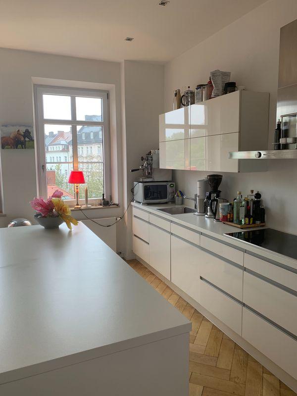 Wunderschöne weiße Hochglanz Küche mit Kochinsel in München ...