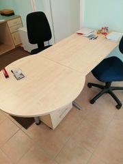 Schreibtisch mit Bürostühlen