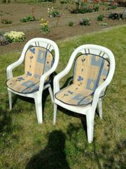 Zwei Gartenstühle mit Auflage