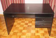 Schwarzer Schreibtisch mit Drehstuhl
