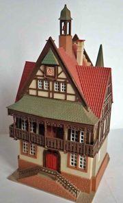 Altes Fachwerk-Rathaus mit Hochzeitskutsche