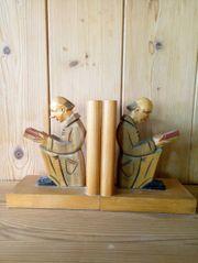Alte Buchstützen aus Holz mit