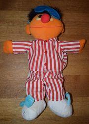 Ernie in Schlafanzug
