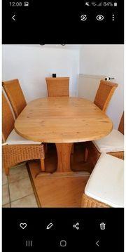 Echtholz-Tisch mit 6 Korbstühlen