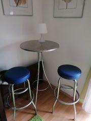 Barhocker in Blau mit Tisch
