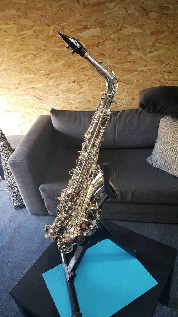Komplettes Musik Equipment mit Saxophone
