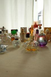 Sammlung von Parfunflaschen