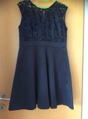 Kurzes dunkelblaues Kleid