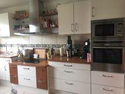 Küchenzeile ohne Geräte mit Dunstabzug