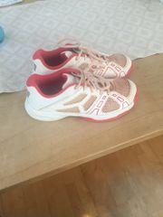 Tenniskleidung/Schuhe/Tennisbälle
