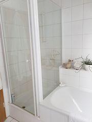 Duschkabine und Badewanne