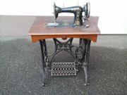 Antike Nähmaschine mit gusseisenem Untergestell
