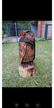 Geschnitzte Figuren aus Baumstämmen