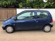 Blauer Renault Twingo mit Faltdach