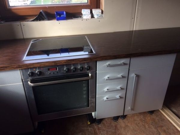 Grosse Einbauküche silber-grau U-Form