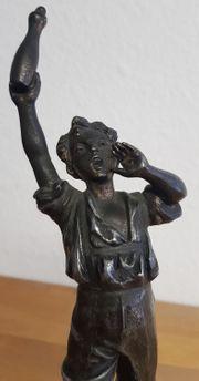 Antiker Kegler Junge auf Marmorsockel