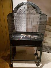 Großer Vogelkäfig mit fahrbarem Untergestell