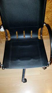 Drehstuhl aus schwarzem Kunstleder