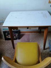 Tisch mit Stuhl