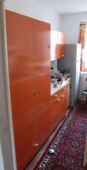 Orangene Vintage Küchenschränke samt Spüle
