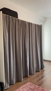 Kleiderschrank mit grauem Vorhang