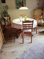 Runder Tisch mit vier Stühlen