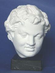 römischer Satyrkopf mit Fichtenkranz
