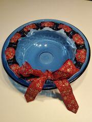 Blaue Dekoschüssel mit Weihnachtsband