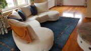 Halbrundes Sofa mit Tisch