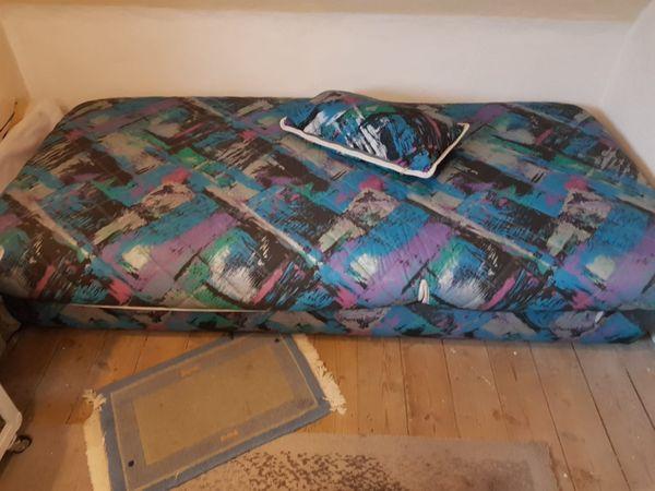 Bett - Frankenthal - Bett an Selbstabholer zu verkaufen. Das Kopfteil ist höhenverstellbar und das Fußteil ist hochklappbar. Darunter befindet sich der Bettkasten. Mass: 210 x 100 cm. - Frankenthal